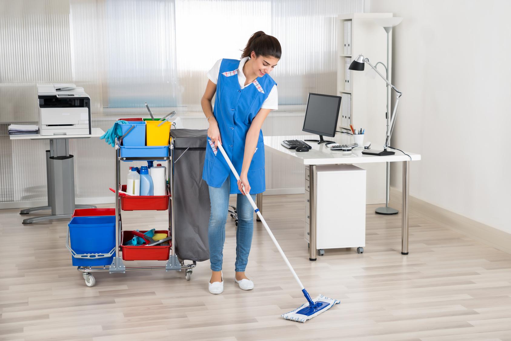 concierge femme laver le sol dans le bureau