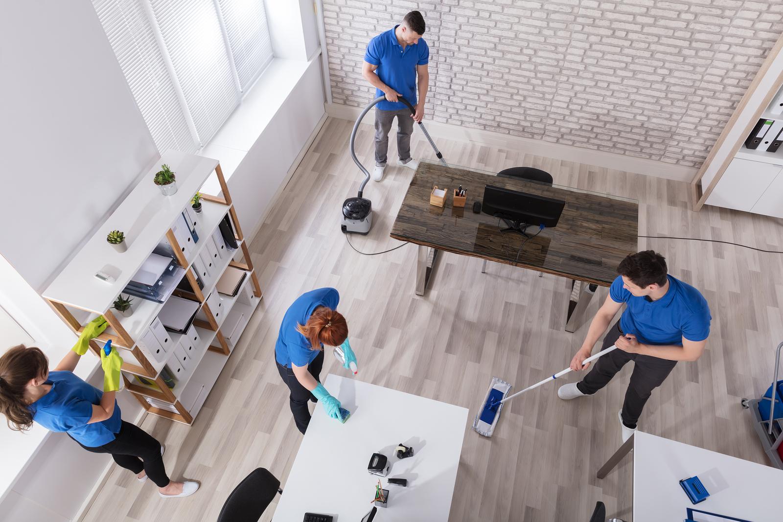 nettoyage uniforme le bureau avec des équipements de nettoyage