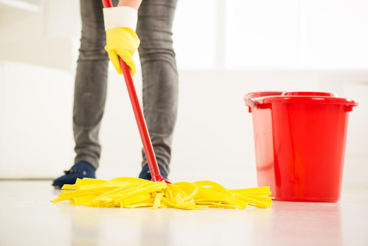 Femme nettoyant la maison. Gros plan avec vadrouille.